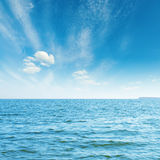 bluen clouds havswhite Arkivfoton