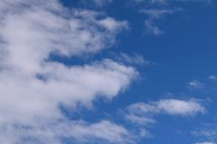 bluen clouds pösiga skies Royaltyfri Bild