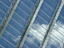 bluen clouds reflexionsskyen Arkivfoto