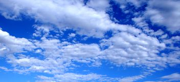 bluen clouds skyen Royaltyfria Bilder