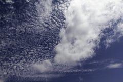 bluen clouds skyen flyg- bakgrund clouds skysikt Arkivfoto