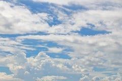bluen clouds skywhite royaltyfria bilder