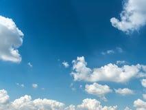bluen clouds skywhite som bakgrund är kan föreställa använd skytextur Royaltyfri Foto