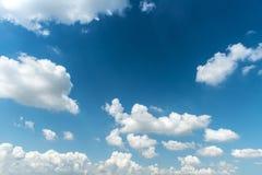 bluen clouds skywhite som bakgrund är kan föreställa använd skytextur Fotografering för Bildbyråer