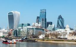 bluen colors finansiella skyskrapor för område London horisont från tornbron, London, UK Arkivbild