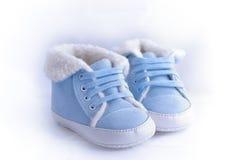 Bluen och white behandla som ett barn skor Fotografering för Bildbyråer