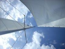 bluen seglar skyen Arkivbilder