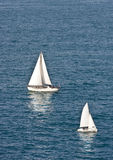 bluen seglar white för två vatten Arkivfoton