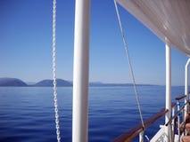 Blueness Ionian morze, wyspy, niebo i białość łódź, fotografia stock