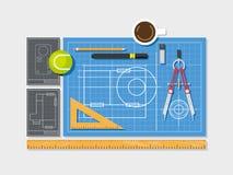 Blueprint avec la règle, la boussole et la tasse de café Images libres de droits