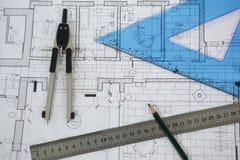 Blueprint con le bussole del righello, della matita e della vite con testa zigrinata Fotografie Stock