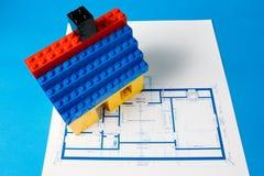 Blueprint für ein Haus und ein vorbildliches Haus Lizenzfreie Stockfotografie