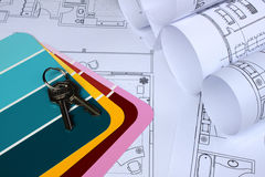 Blueprint para casa, cores da pintura, chaves perto acima Imagens de Stock Royalty Free