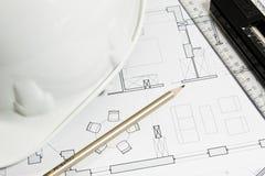 Blueprint pour des travaux de construction avec le casque et les outils Photo stock