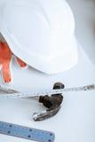 Blueprint, ruller, capacete e martelo flexíveis Fotografia de Stock