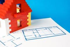 Blueprintfor ein Haus und ein Spielzeug bringen unter Lizenzfreie Stockbilder