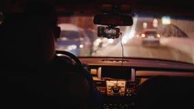 bluerred街道看法通过移动的汽车肮脏的挡风玻璃  股票录像