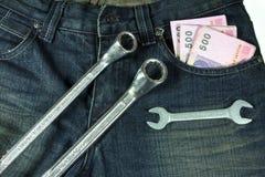Blues-jean avec l'argent liquide et la clé Photographie stock libre de droits