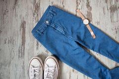 Blues-jean, espadrilles blanches et montres Concept à la mode, vue supérieure Photographie stock