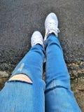 Blues-jean et chaussures blanches de sport photographie stock libre de droits