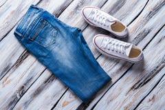Blues-jean et chaussures de toile Photos libres de droits