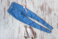 Blues-jean et espadrilles blanches sur le fond en bois fashionable Images stock