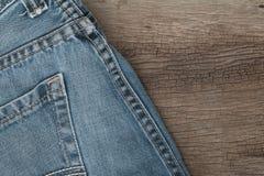 Blues-jean sur un fond en bois brun Photographie stock