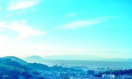 Bluesky、山,海和bilding 图库摄影