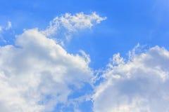 Bluesky和云彩背景在夏天 免版税库存照片