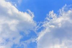 Bluesky和云彩背景在夏天 图库摄影