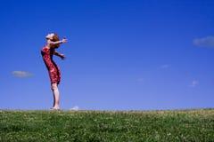 bluesky自由被伸出的妇女年轻人 免版税库存图片