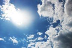 Bluesky con el sol y las nubes Foto de archivo libre de regalías