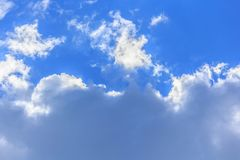 Bluesky en wolkenachtergrond in de zomer Stock Afbeeldingen