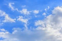 Bluesky en wolkenachtergrond in de zomer Royalty-vrije Stock Afbeeldingen