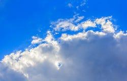 Bluesky en wolkenachtergrond in de zomer Stock Fotografie