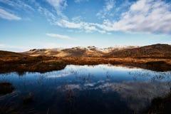 Bluestack山的全景在有一个湖的Donegal爱尔兰前面的 免版税库存照片