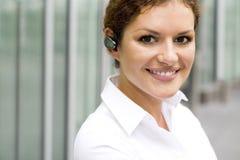 Bluetooth desgastando da mulher de negócios Imagens de Stock Royalty Free