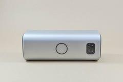 Bluetooth högtalare på den bruna skärmen Arkivfoton