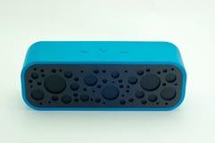 Bluetooth-Sprecher für das Hören Musik im Blau Stockbild