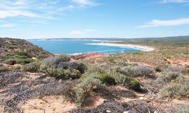 Bluff rosso: Terra e mare Immagine Stock