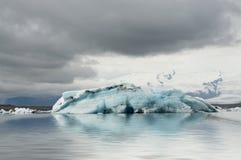 Bluijsberg in de gletsjerlagune stock foto