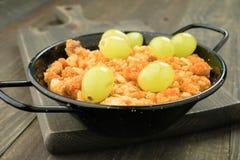 Bluing τηγάνι με crumbs τον ποιμένα και το σταφύλι  στοκ εικόνα με δικαίωμα ελεύθερης χρήσης