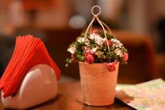Blume auf Café Lizenzfreie Stockfotografie