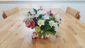 Blume auf der Tabelle Stockbild