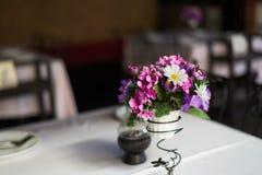 Blume auf Tabellensatz Stockbilder