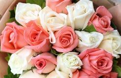 Blume der rosa und weißen Rosen des Blumenstraußes Lizenzfreies Stockbild