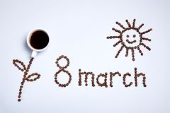 Blume, die Sonne und die Aufschrift gemacht von den Kaffeebohnen stockfotografie