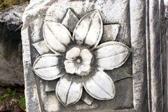 Blume graviert auf Marmorstein, antiker Steinblock, Steinblume lizenzfreie stockfotos