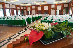 Blume im Konferenzsaal lizenzfreies stockbild