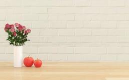 Blume im Vase mit zwei Äpfeln Stockfotografie